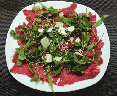 Carpaccio mit Ruccola und Parmesan